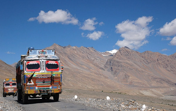 Bus coloratissimi sulle strade himalayane